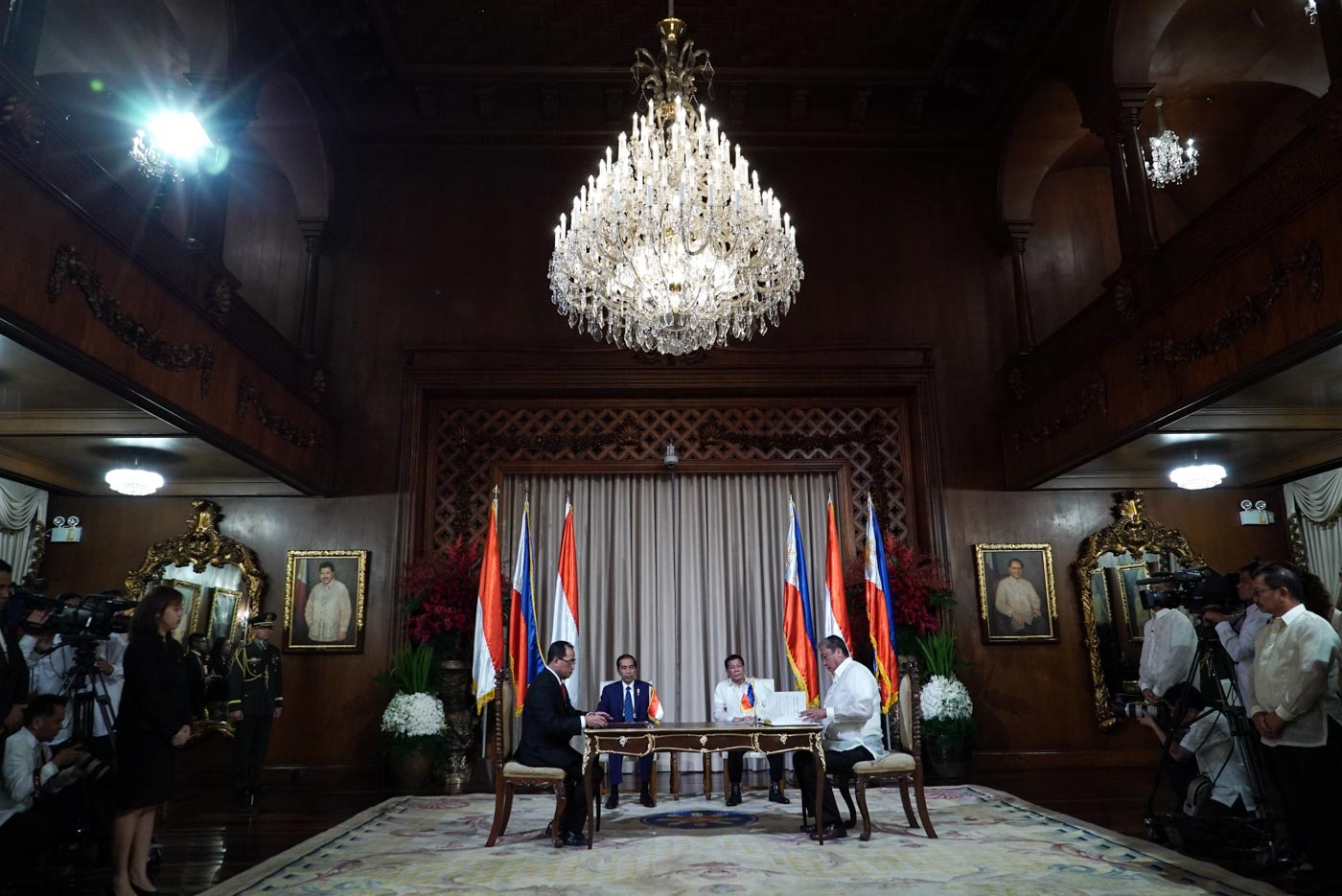 DEALS. President Rodrigo Duterte and Indonesia President Joko Widodo witness the signing of the joint declaration on a new shipping route between Transportation Secretary Arthur Tugade and Indonesia Minister of Transportation Budi Karya Sumadi. Malacau00f1ang photo
