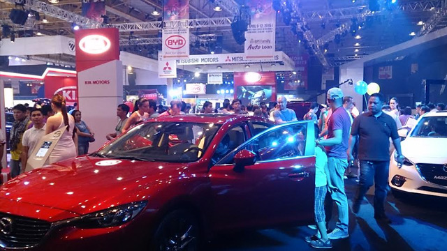 CAR SALES. Prospective buyers check out the latest car models at the Manila International Auto Show. File photo by Chris Schnabel / Rappler