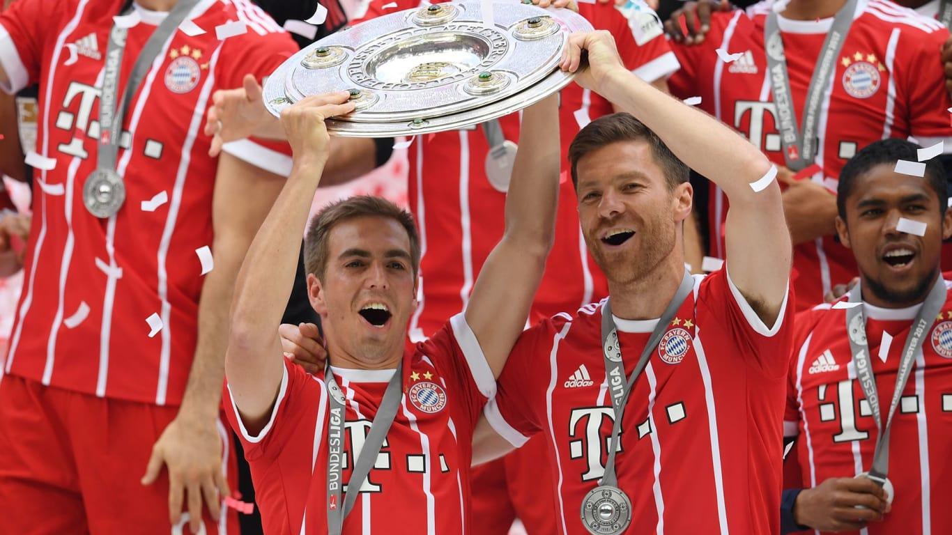 MEISTERSCHALE. Philipp Lahm dan Xabi Alonso mengangkat trofi Bundesliga, 'Meisterschale'. Foto dari fcbayern.com