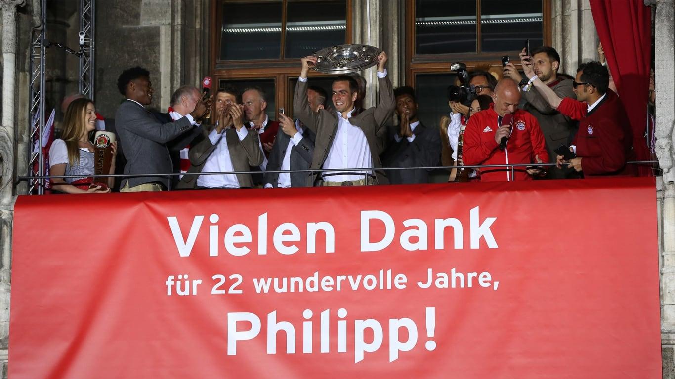 TERIMA KASIH. u0022Terima kasih banyak untuk 22 tahun yang hebat, Philipp!u0022 bunyi tulisan yang membentang di balkon Balai Kota Munich. Foto dari fcbayern.com