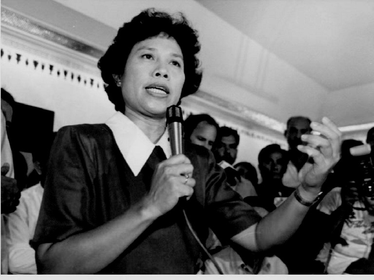 People's Reform Party presidential candidate Miriam Defensor Santiago speaks at a press briefing on May 15, 1992. Robyn Beck/AFP