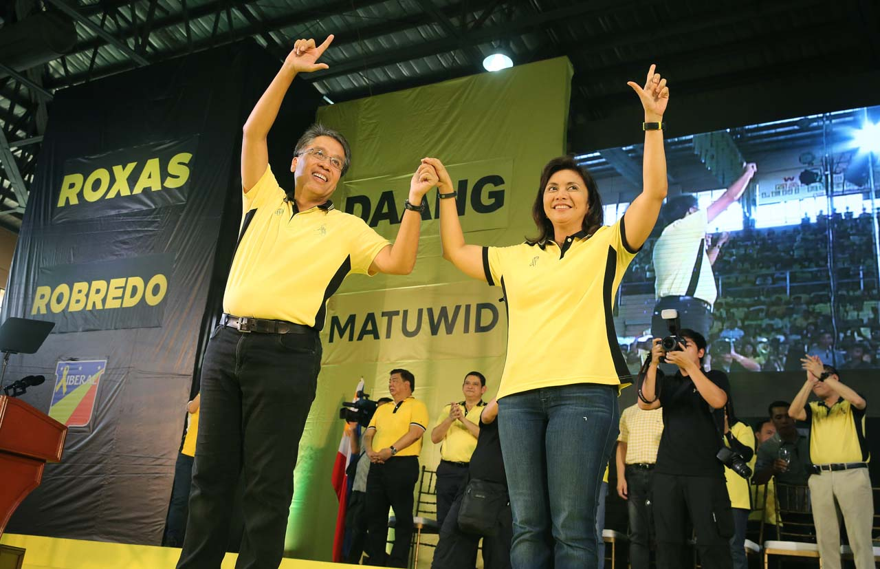 MAR-LENI. Liberal Party presidential candidate Mar Roxas and vice presidential candidate Leni Robredo flash the Laban 'L' sign during the kick-off campaign sortie in Capiz on February 9, 2016. Photo by Gil Nartea/Malacau00f1ang Photo Bureau
