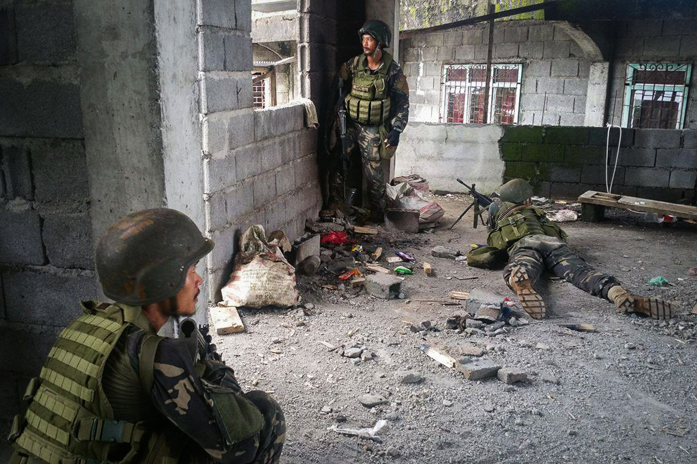 CLEARING OPERATIONS. Goverment troops go house to house, street to street, to clear Marawi of terrorists. Photo by Bobby Lagsa/Rappler