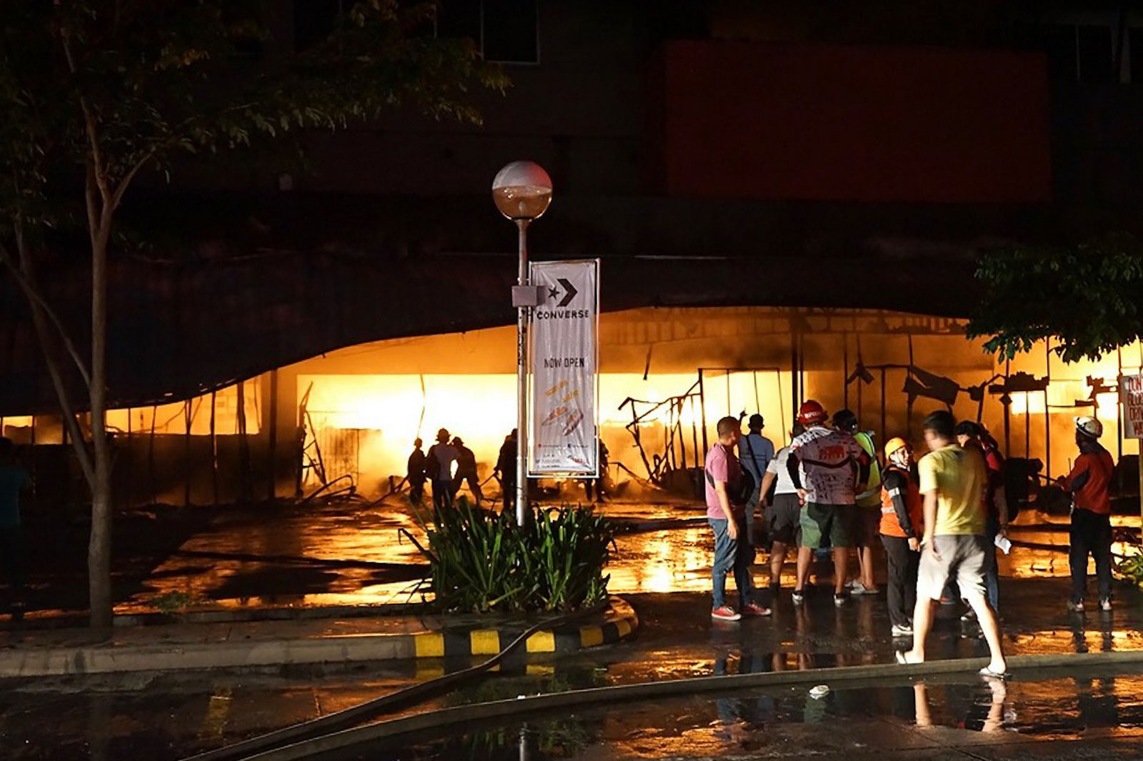 PANIC. A strong and shallow earthquake hit the southern Philippines, sending hundreds rushing out of a shopping mall where a local television said an elderly man was injured. Photo by Edwin Espejo/AFP