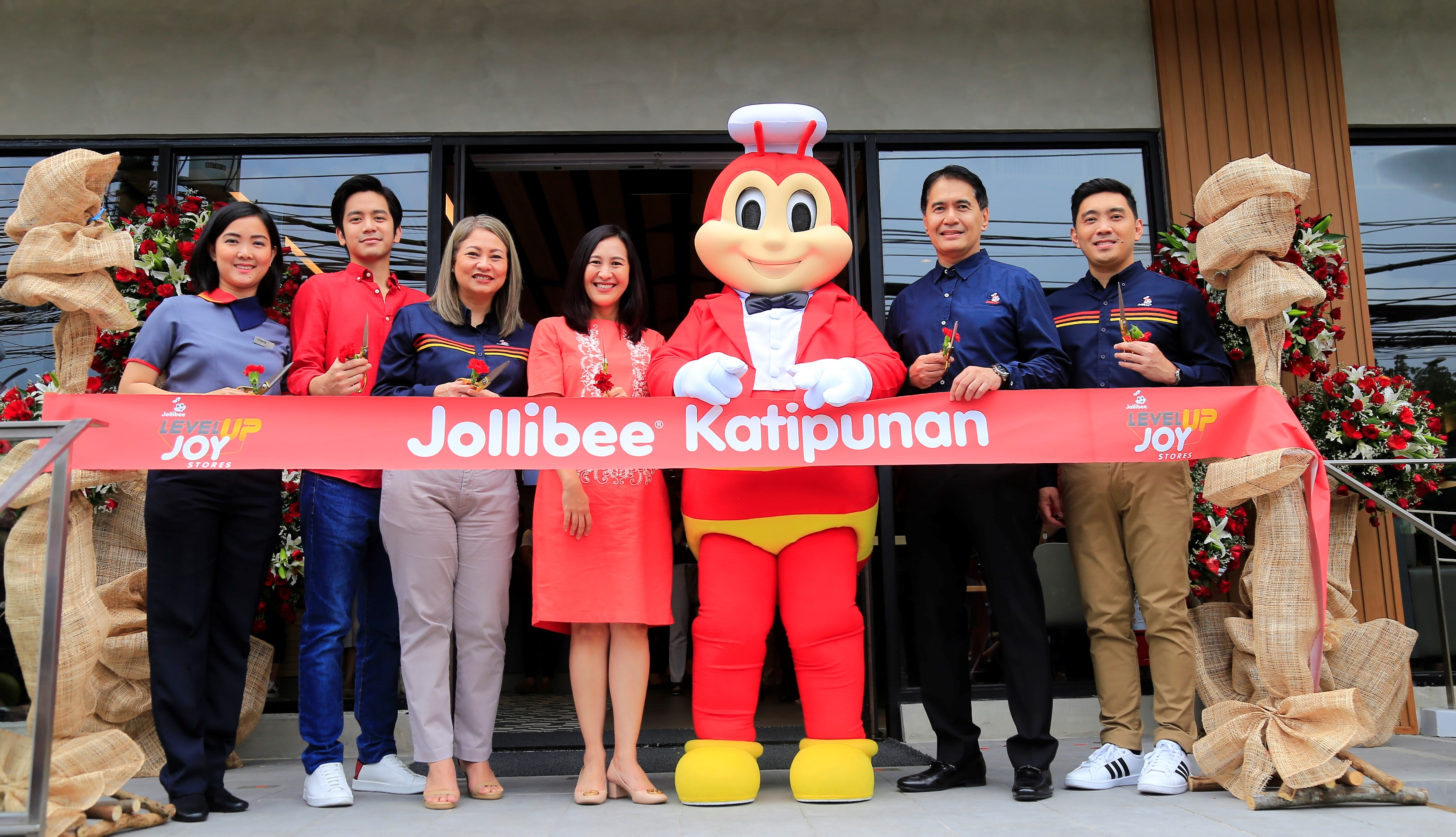 LEVEL UP JOY STORE. (L-R) Jollibee Katipunan Restaurant Manager Cherry Chua, brand ambassador Joshua Garcia, Jollibee Philippines Metro North RBU Head Joan Aquino, Quezon City Mayor Joy Belmonte, Jollibee Philippines President JJ Alano, and Jollibee Global Brand CMO, JFC Philippines Country Business Group Marketing Head and Concurrent Jollibee Philippines Marketing Head Francis Flores. All photos courtesy of Jollibee.