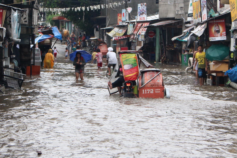SOUTHWEST MONSOON. Monsoon rain causes floods in Quezon City on July 27, 2017. File photo by Darren Langit/Rappler