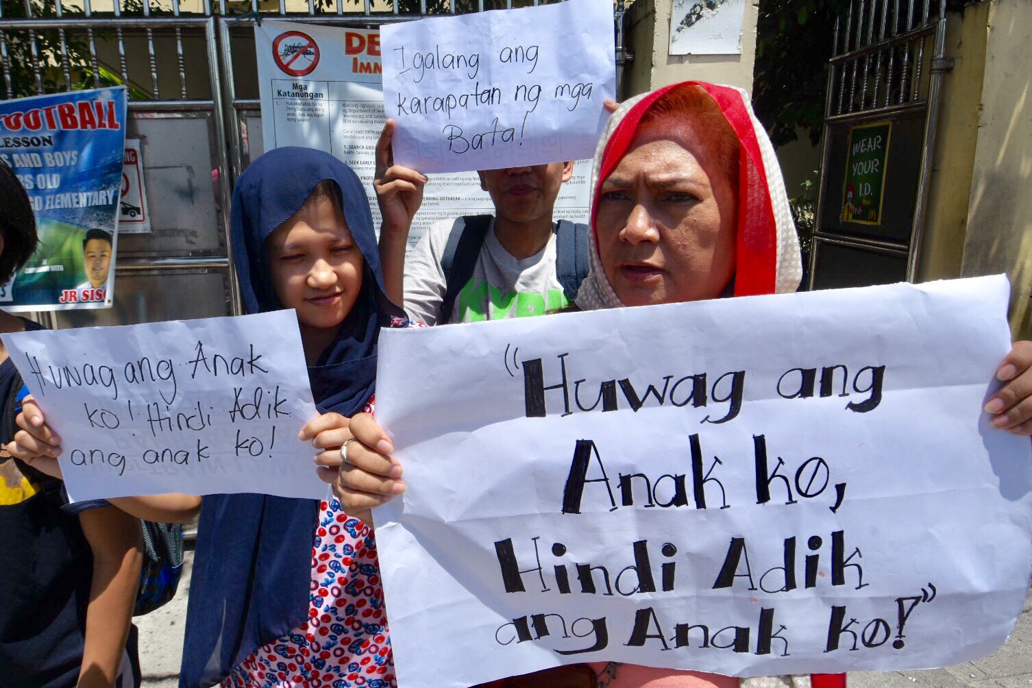 PROTESTS. Parents oppose the planned mandatory drug testing of grade schoolers. Photo by Angie de Silva/Rappler
