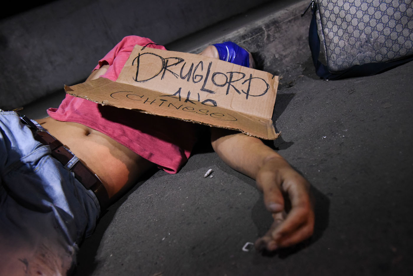 WAR ON DRUGS. A dead body with a sign board on a street in Manila on July 28, 2016. File photo by Alecs Ongcal/Rappler