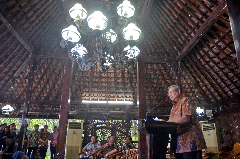 Presiden RI ke-6 SBY memberikan penjelasan terkait hilangnya berkas pembunuhan aktivis Munir di Cikeas, Bogor, Jawa Barat, pada 25 Oktober 2016. Foto oleh Yulius Satria Wijaya/Antara