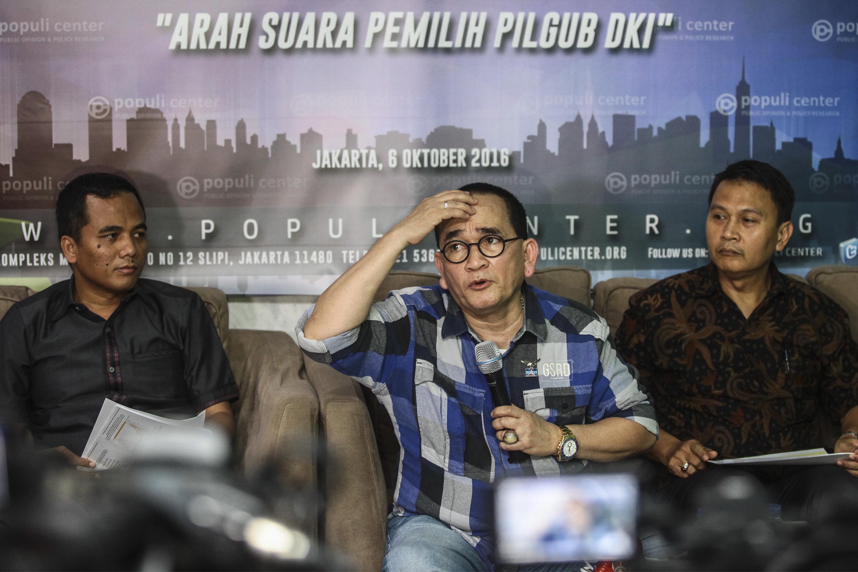 Politisi Partai Demokrat Ruhut Sitompul (tengah) memberikan paparan pada diskusi dan rilis survei dalam Pilgub DKI Jakarta, pada 6 Oktober 2016. Foto oleh Muhammad Adimaja/Antara