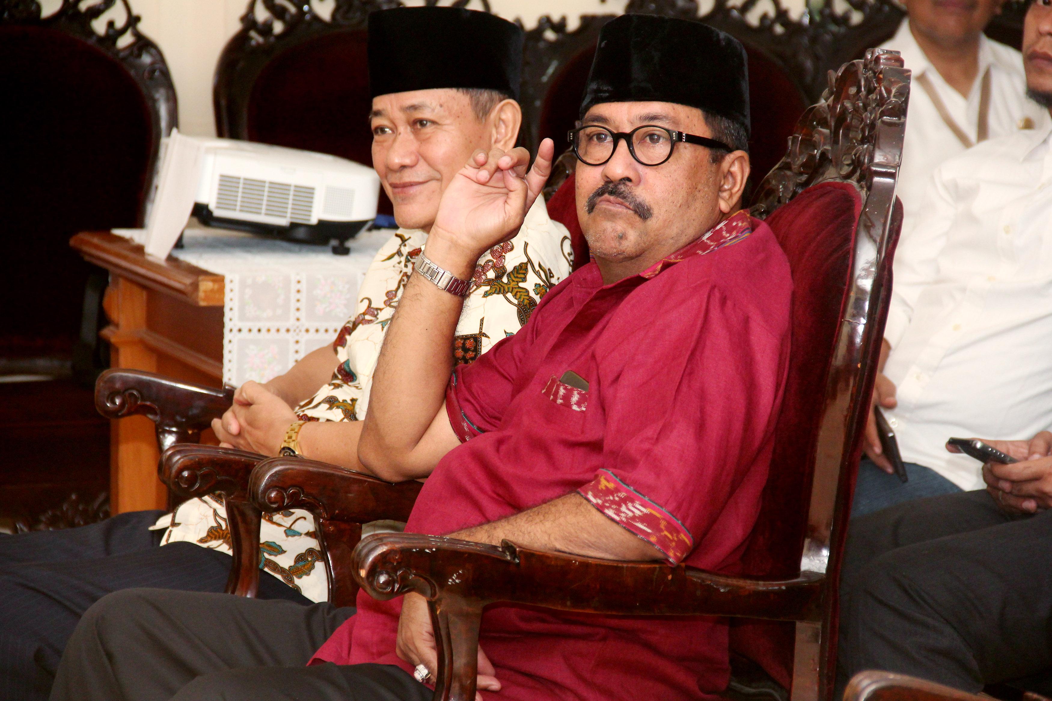 Pasangan bakal cagub dan cawagub Banten Rano Karno (kanan) dan Embay Mulya Syarif (kiri) saat jalani tes kesehatan pada 24 September 2016. Foto oleh Asep Fathulrahman/Antara