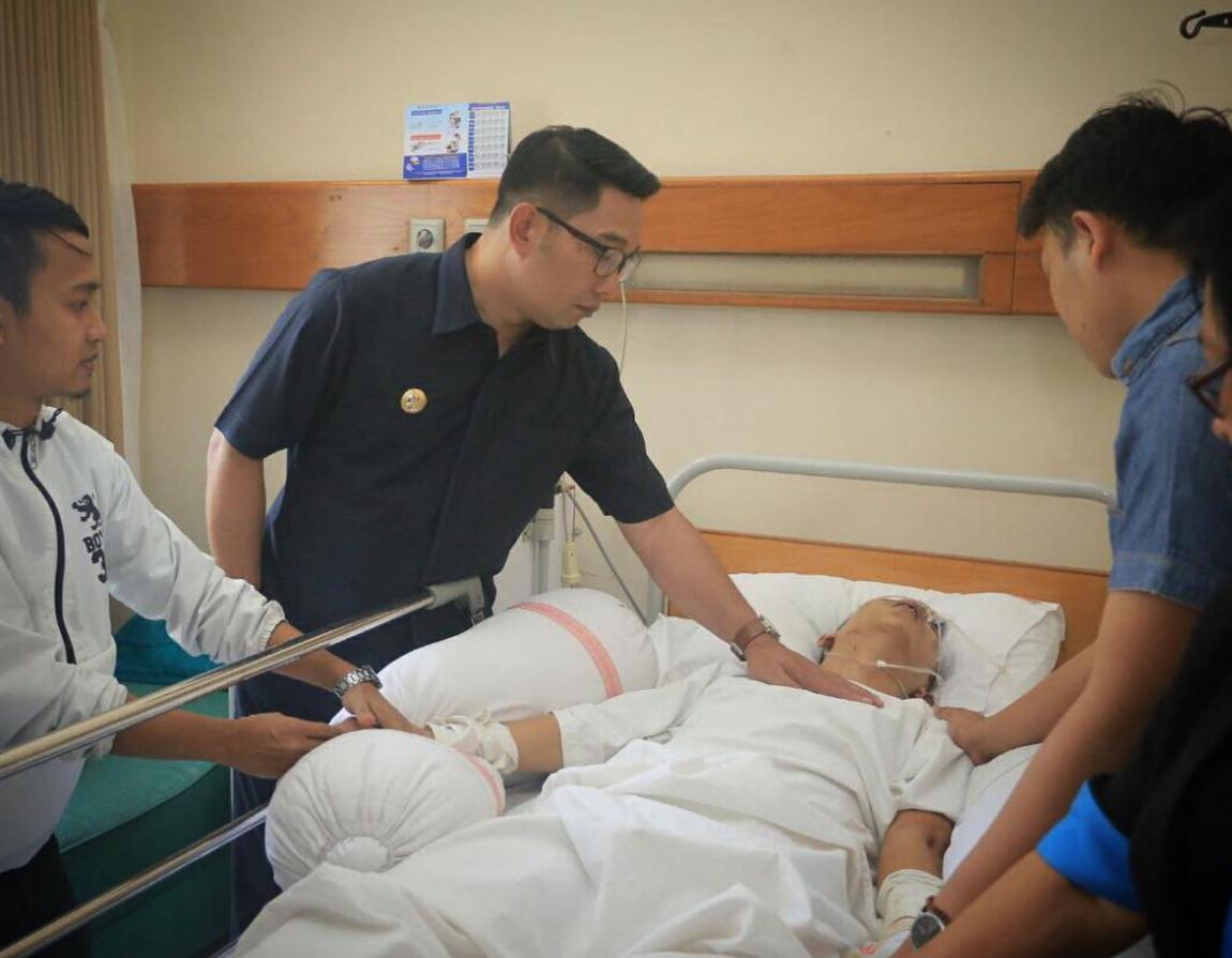 JENGUK. Walikota Bandung, Ridwan Kamil menjenguk Rico di rumah sakit yang diduga dikeroyok oleh oknum bobotoh dalam pertandingan pada Sabtu, 22 Juli. Diambil dari akun instagram @ridwankamil