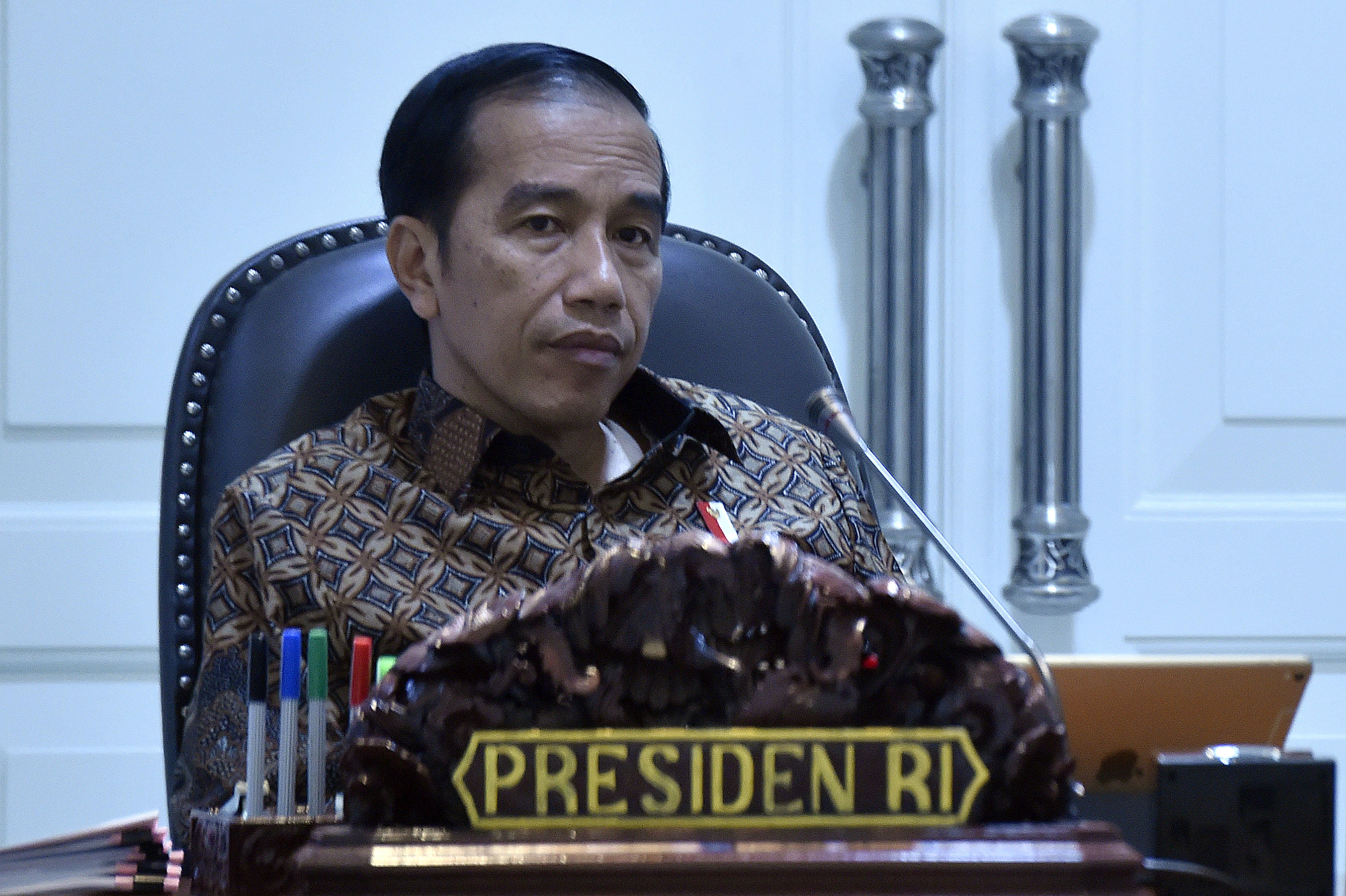 RAPAT. Presiden Joko Widodo bersiap memimpin rapat terbatas tentang perkembangan implementasi program pengentasan kemiskinan di Kantor Presiden, Jakarta, Selasa, 25 Juli. Foto oleh Puspa Perwitasari/ANTARA
