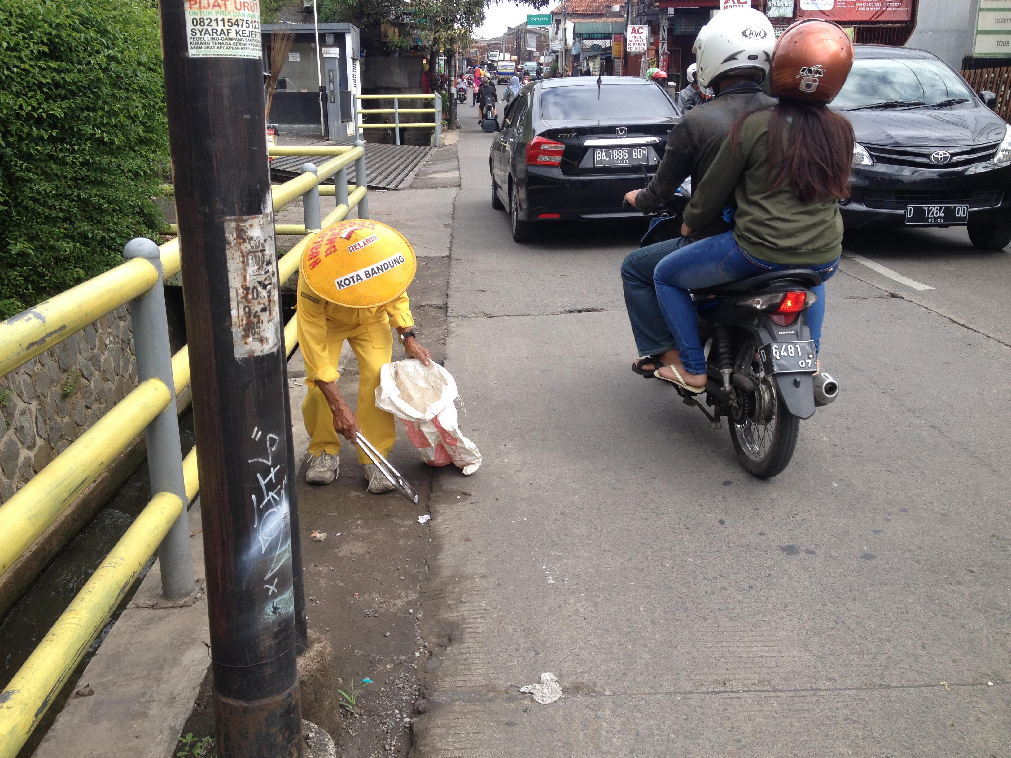 IMAN. Setiap hari, Sariban memunguti sampah di jalan-jalan Kota Bandung tanpa dibayar sepeser pun. Foto oleh Yuli Saputra/Rappler