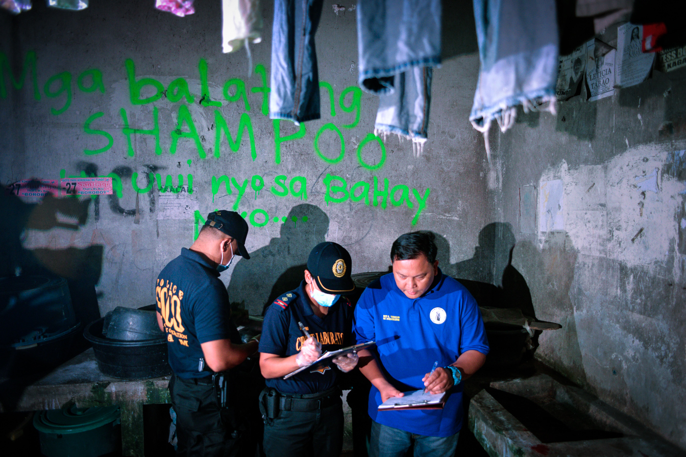 NEW RECORDS. Police collect information after an anti-drug operation turned bloody, leaving one suspect dead. File photo by LeAnne Jazul/Rappler
