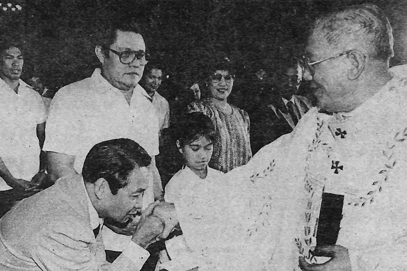 INFLUENTIAL LEADER. Comelec chairman Victorio Savellano kisses the ring of Jaime Cardinal Sin during a Mass at the Manila Cathedral. Photo from the Presidential Museum and Library