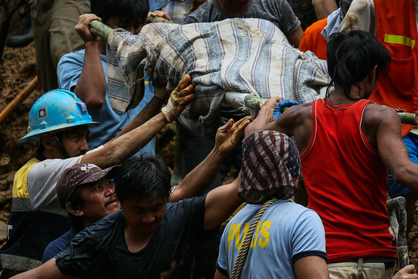 SEARCH CONTINUES. Volunteers carry a retrieved body from the landslide site in Itogon, Benguet. Photo Jire Carreon/Rappler