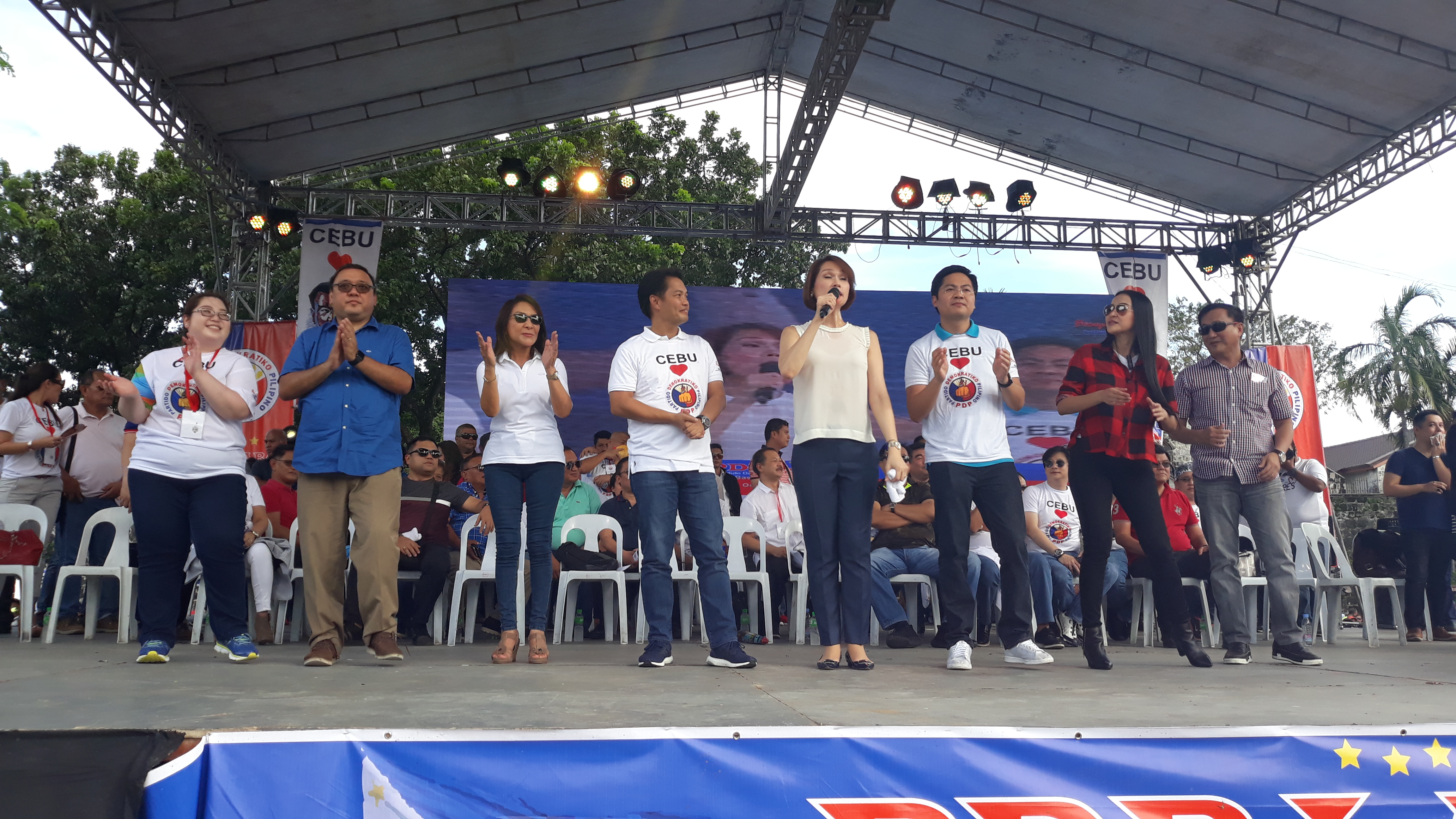 ADMINISTRATION BETS: Speaker Pantaleon Alvarez introduces PDP-Laban senatorial aspirants to the Cebuano crowd on November 17, 2017: (2nd from left) Presidential Spokesman Harry Roque, (4th from left) Negros Occidental Representative Albee Benitez, Bataan Representative Geraldine Roman, Davao City Representative Karlo Nograles, Assistant Secretary Mocha Uson of the Presidential Communications Operations Office, and defeated 2016 senatorial bet Francis Tolentino. Cebu congresswomen Aileen Radaza and Gwendolyn Garcia joined them onstage at Plaza Independencia. Photo by Mars Mosqueda Jr/Rappler