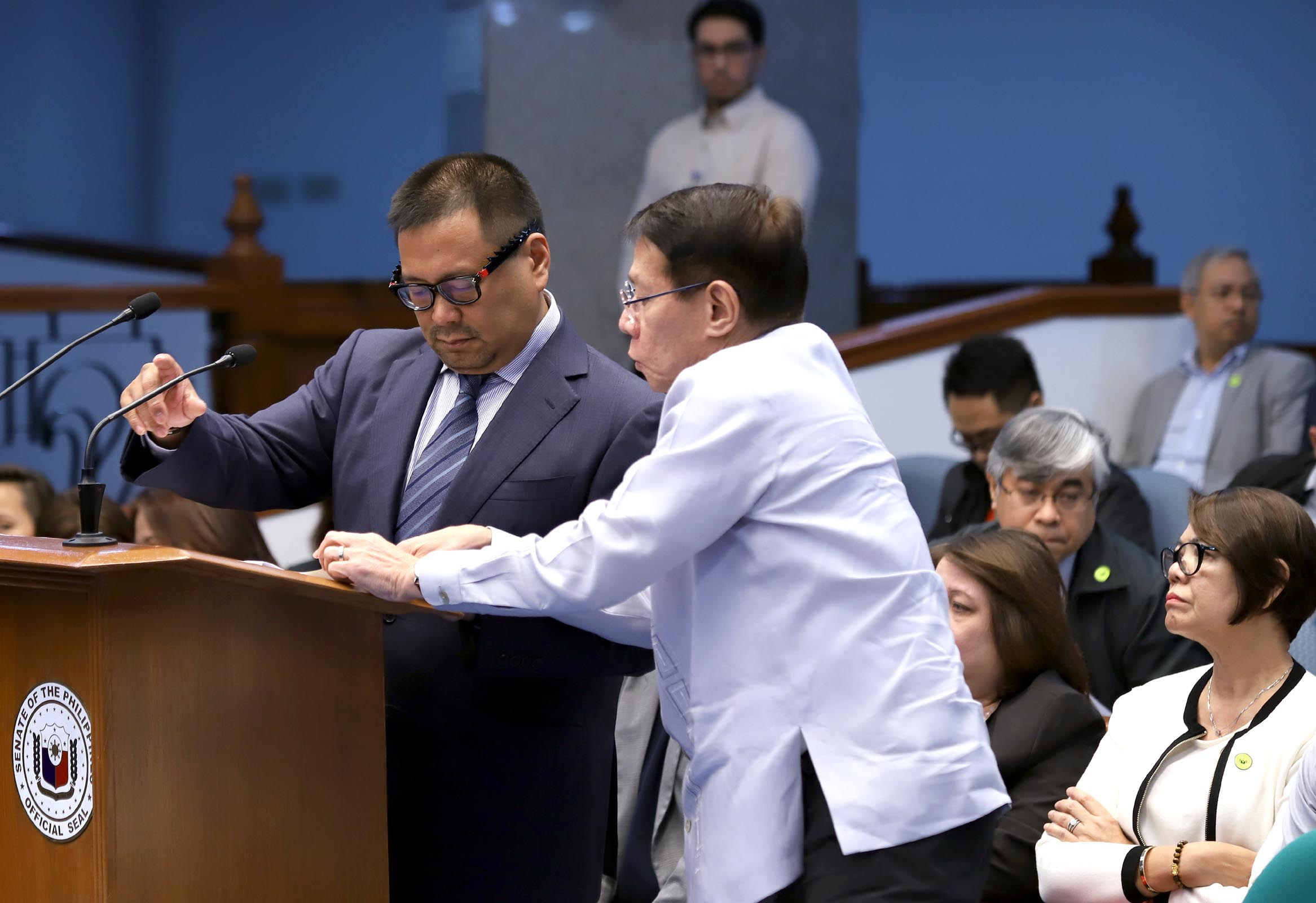 DOH BUDGET. Senator JV Ejercito, chairman of the Senate Committee on Health and Demography, seeks clarification from Health Secretary Francisco Duque during the resumption of the plenary deliberations on the proposed 2019 budget. Photo by Albert Calvelo/Senate PRIB