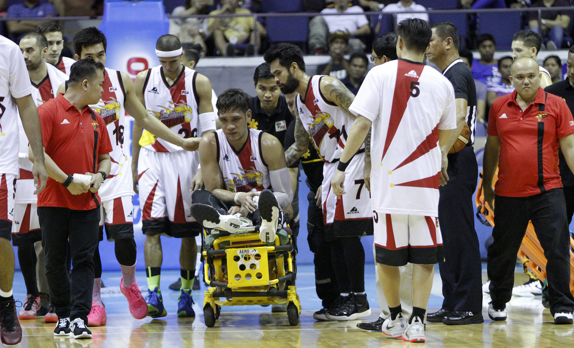 WILL FAJARDO PLAY IN THE FINALS? June Mar Fajardo suffers a knee injury ahead of the finals between San Miguel and Alaska in the 2016 PBA Philippine Cup. Photo courtesy of PBA Media Bureau
