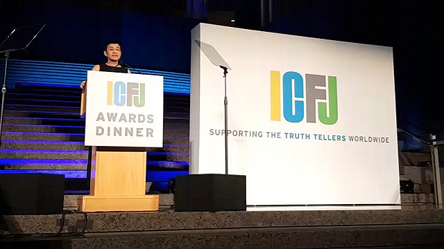 'WE ARE RAPPLER, AND WE WILL HOLD THE LINE.' A standing ovation caps the acceptance speech of Rappler CEO Maria Ressa for the 2018 Knight International Journalism Award that she received at the annual International Center for Journalists dinner in Washington, DC, on November 9, 2018 (Manila time). Screenshot courtesy of ICFJ