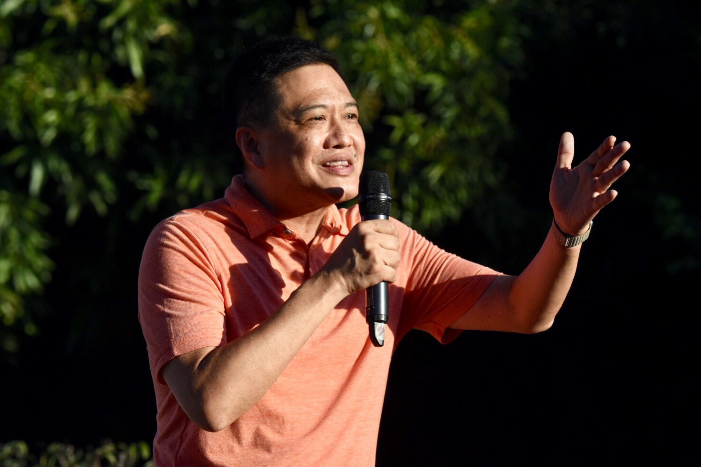 Former Quezon province representative Lorenzo 'Erin' Tau00f1ada III speaks at the rally. Photo by Angie de Silva/Rappler