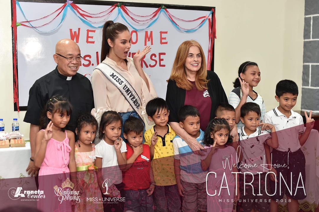 Catriona Gray, BPCI chairperson Stella Araneta, and Fr. Tony Labiao with some of the kids.