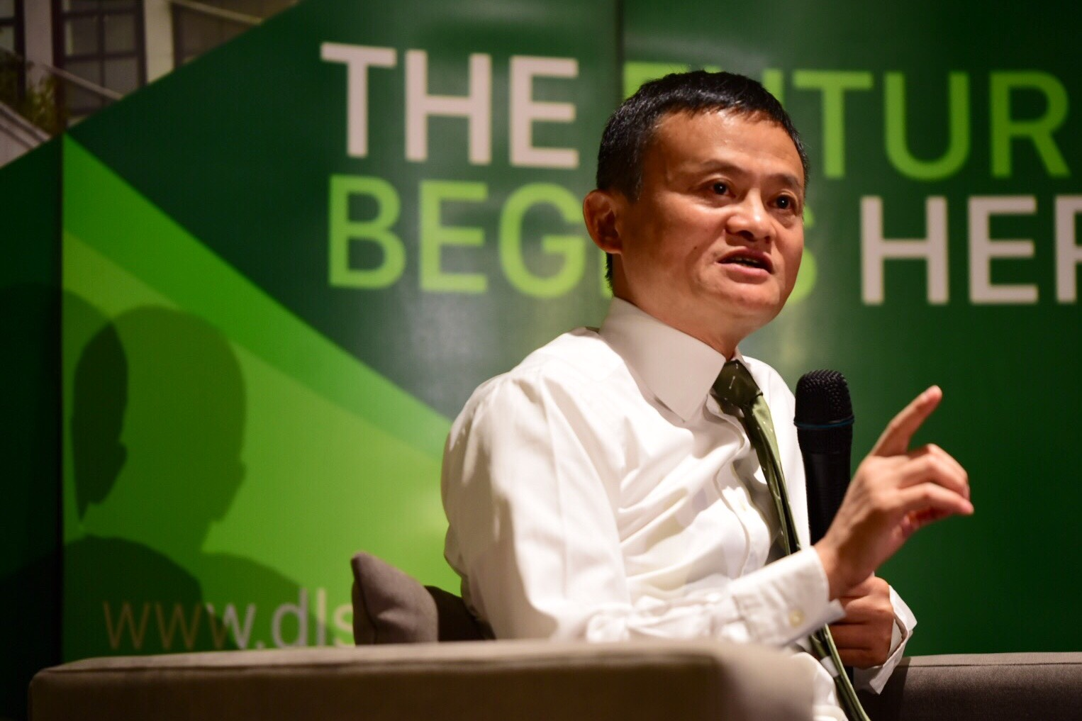 SEIZING OPPORTUNITIES. Alibaba Group founder and executive chairman Jack Ma discusses how to turn problems into advantages in a dialogue with students at De La Salle University on October 25, 2017. Photo by Alecs Ongcal/Rappler