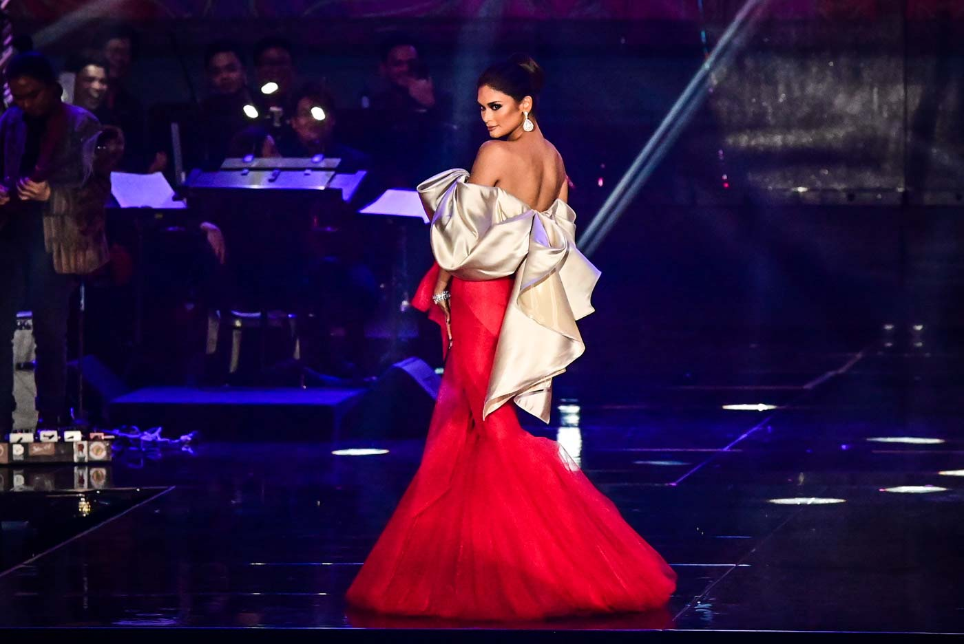 HAIL TO THE QUEEN. Miss Universe 2015 Pia Wurtzbach.