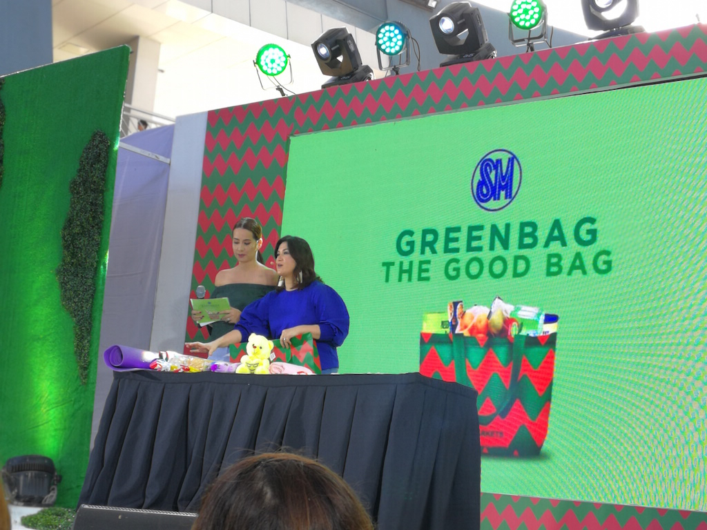 VERSATILE. Celebrity guest Camille Prats-Yambao demonstrates the versatility and capacity of the green bag: it can go from carrying yoga accessories to lugging around baby necessities while travelling.