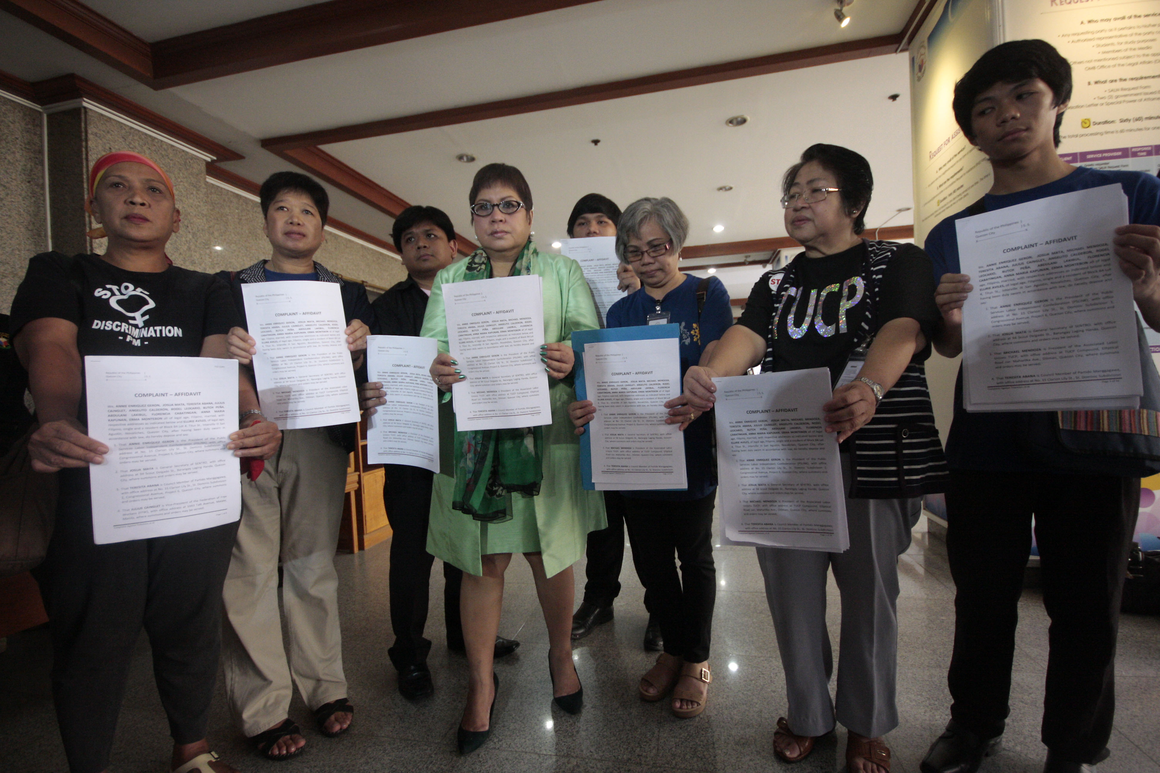 COMPLAINT. Lawyer Lorna Kapunan joins leaders of different labor groups in filing a complaint against MMDA Chairman Francis Tolentino before the Office of the Ombudsman in Quezon City on Wednesday, October 7, 2015. Photo by Ben Nabong/Rappler