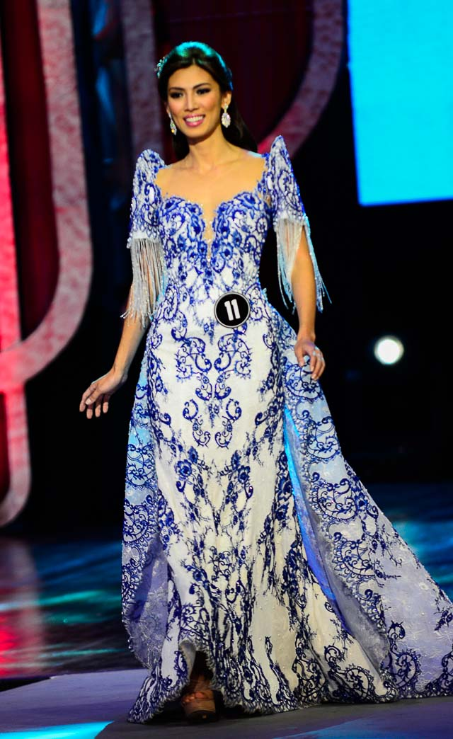 Nicole's porcelain-inspired terno by Mak Tumang. Photo by Rob Reyes/Rappler
