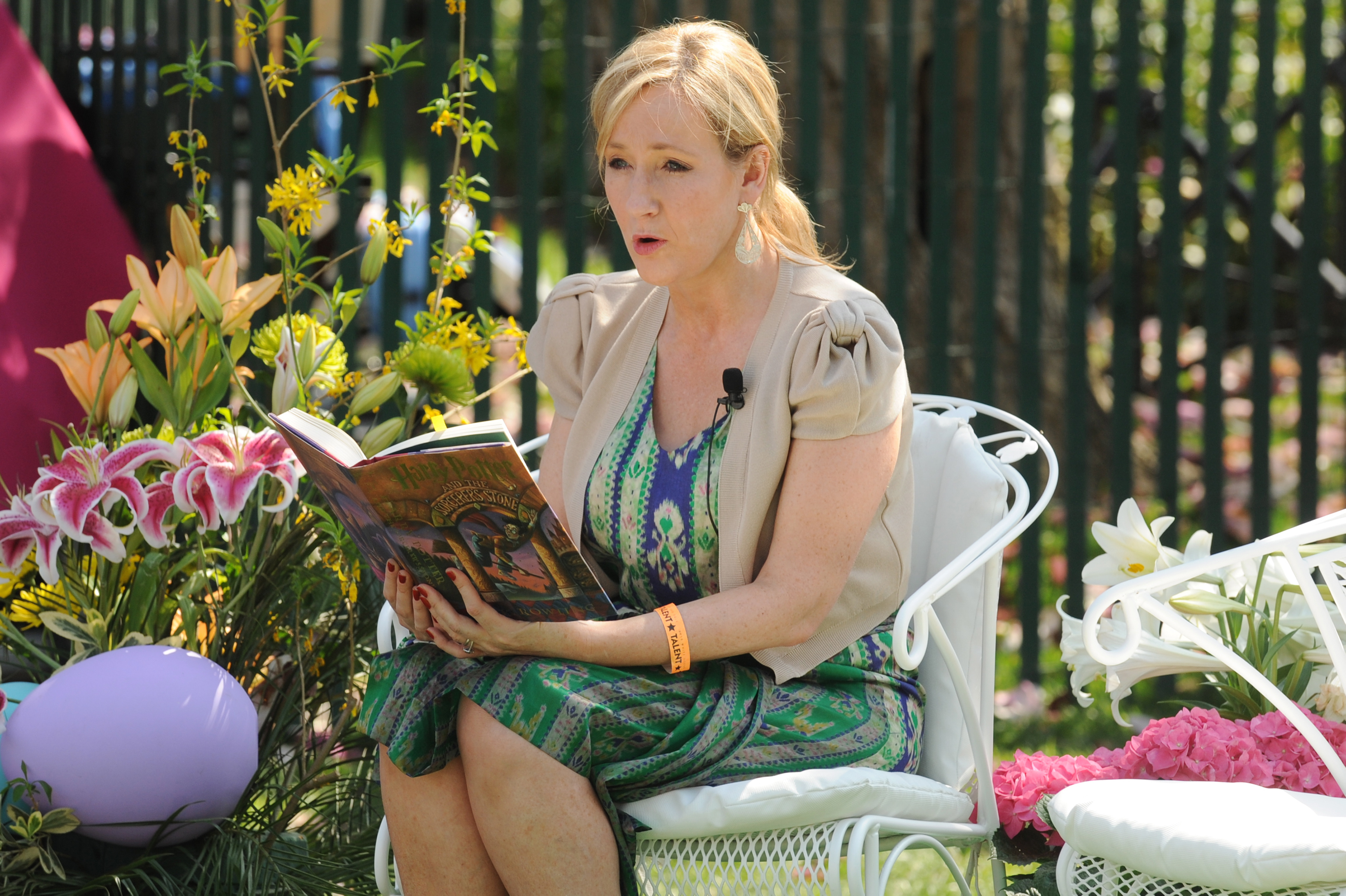 'NOTHING TO LOSE.' JK Rowling recounts her moments of rejection, using it to inspire other writers in a series of tweets. In this file photo, she reads a copy of 'Harry Potter and the Sorcerer's Stone' to children during the annual Easter Egg Roll at the White House in 2010. Photo by Michael Reynolds/EPA