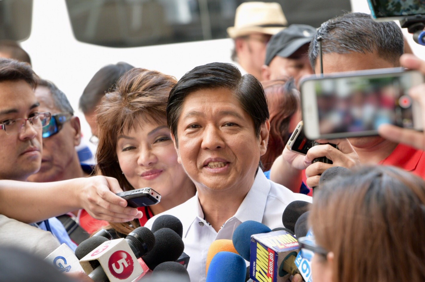 ENTRY ALLOWED? Former senator Bongbong Marcos and his sister, Ilocos Norte Governor Imee Marcos, grant a media interview after visiting the ballot recount site on April 2, 2018. Photo by LeAnne Jazul/Rappler