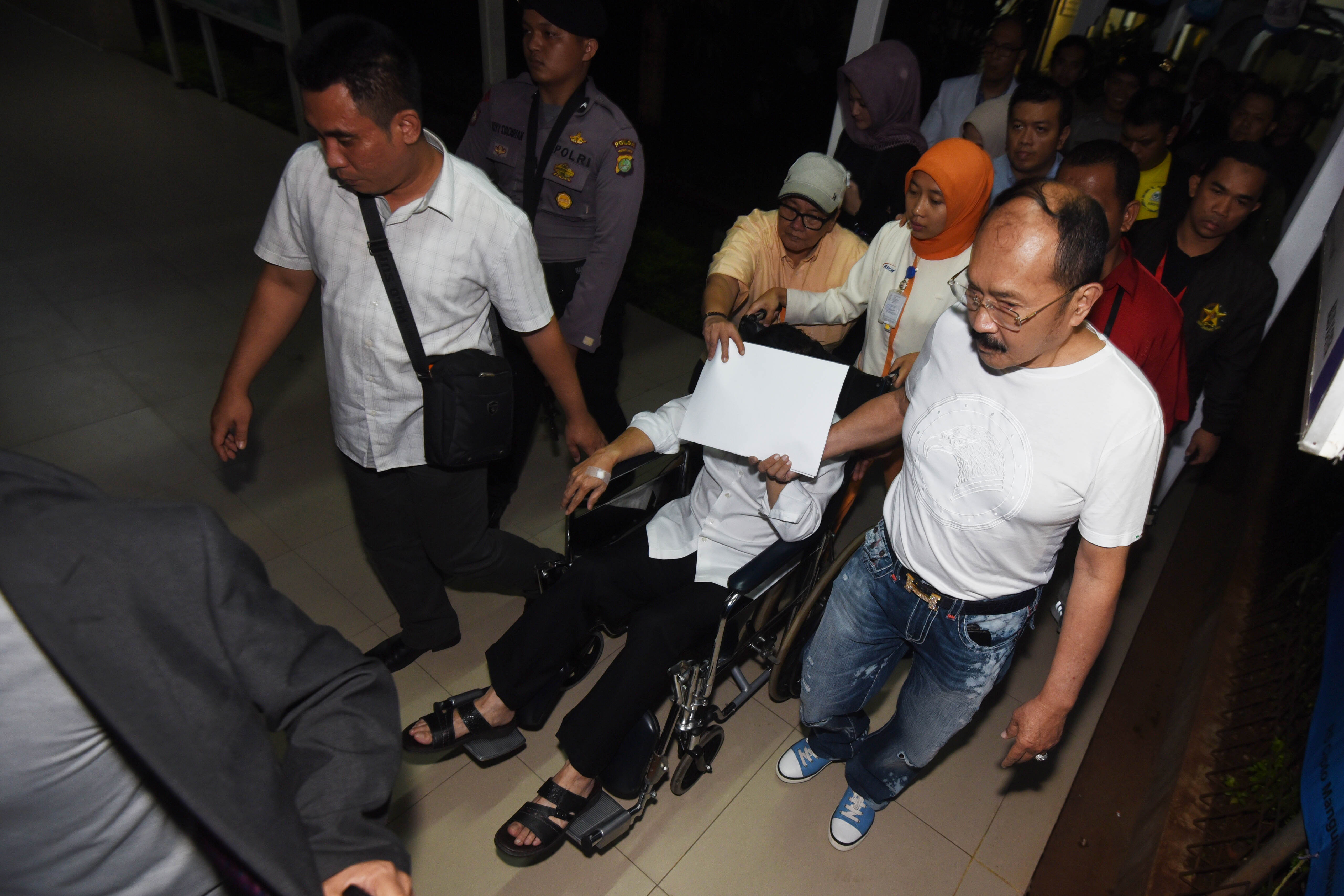 TINGGALKAN. Tersangka kasus korupsi KTP Elektronik Setya Novanto meninggalkan RSCM untuk dibawa ke rutan KPK di Jakarta, Minggu, 19 November. Foto oleh Akbar Nugroho Gumay/ANTARA