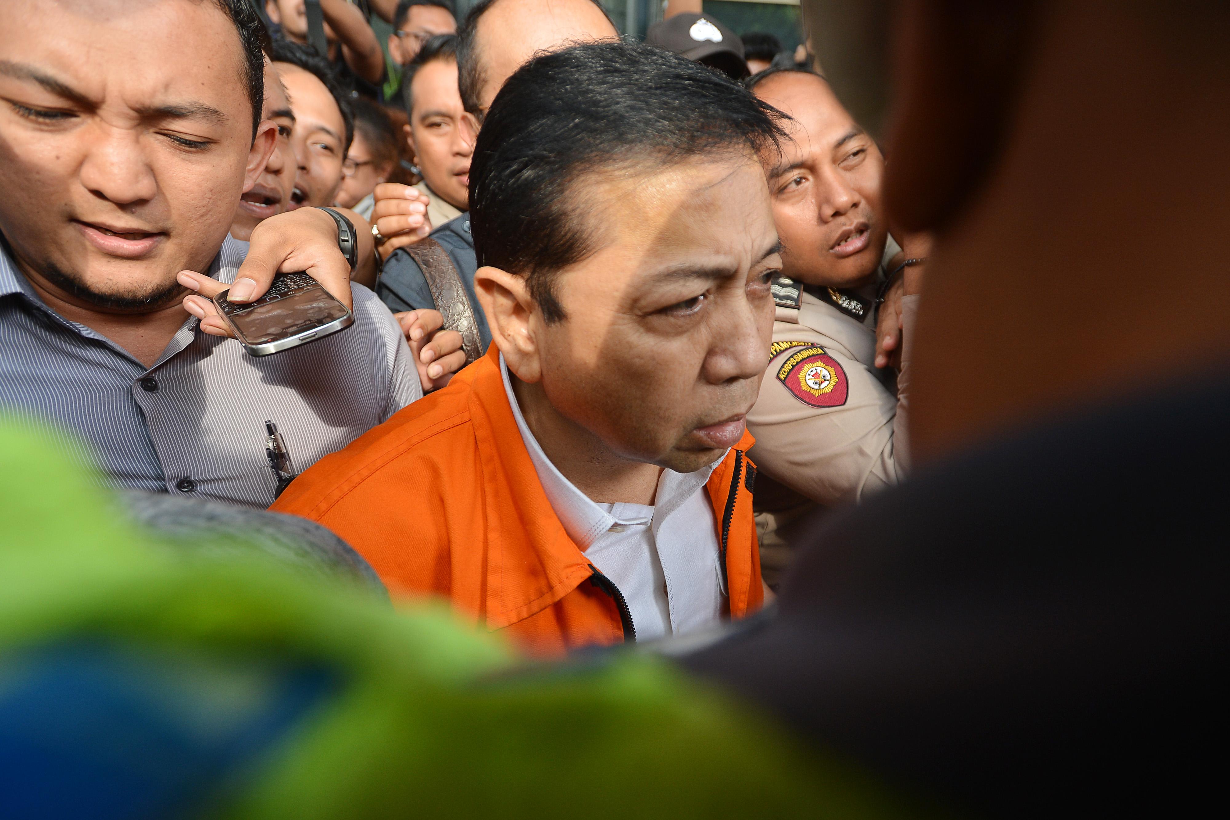 TINGGALKAN GEDUNG. Tersangka kasus korupsi KTP elektronik Setya Novanto meninggalkan gedung KPK seusai menjalani pemeriksaan di Jakarta, Selasa, 21 November. Foto oleh Wahyu Putro A/ANTARA