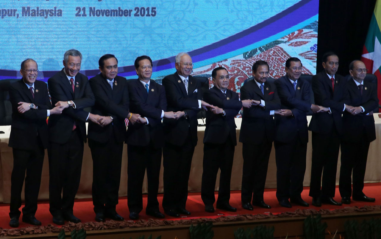 ASEAN SOLIDARITY. Philippine President Benigno Aquino III links arms with fellow ASEAN leaders during the 27th ASEAN Summit and Related Summits at the Plenary Theater of the Kuala Lumpur Convention Centre on November 21, 2015. Photo by Gil Nartea/Malacau00f1ang Photo Bureau