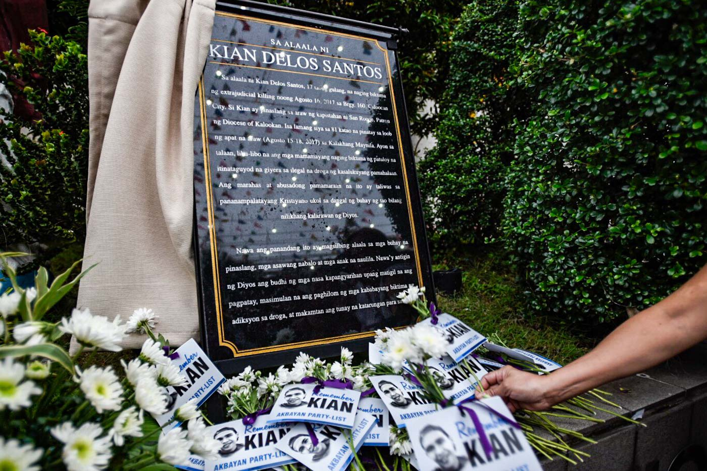 JUSTICE. A commemorative marker is unveiled on the death anniversary of Kian delos Santos. Photo by Maria Tan/Rappler