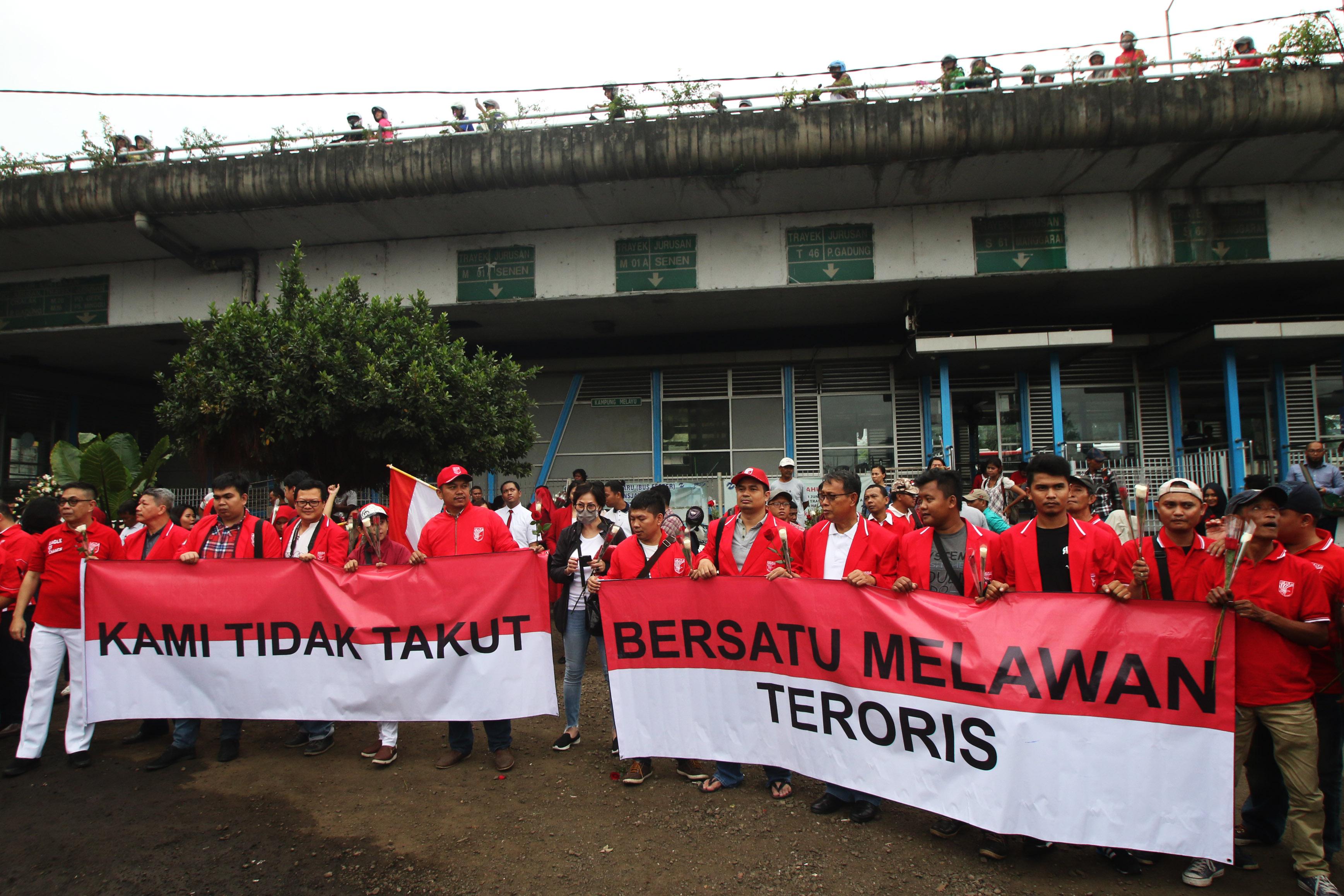 Simpatisan dan keluarga korban bom Kampung Melayu melakukan aksi simpatik di Terminal Kampung Melayu, Jakarta, pada 28 Mei 2017. Foto oleh Rivan Awal Lingga/Antara