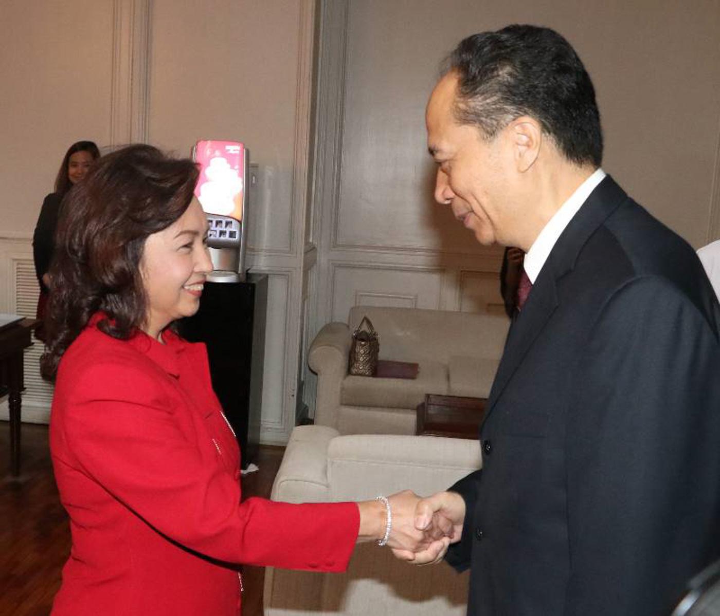 HANDSHAKE. Ji Bingxuan shakes the hand of Speaker Gloria Macapagal Arroyo. Photo from Arroyo's office