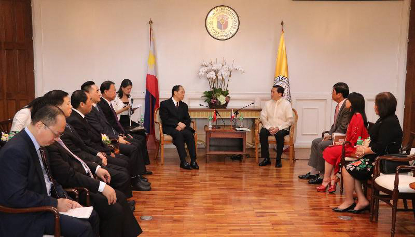 THE MEETING. Deputy Speaker Arthur Yap (R, wearing a barong) meets with the Chinese officials. Photo from Arroyo's office