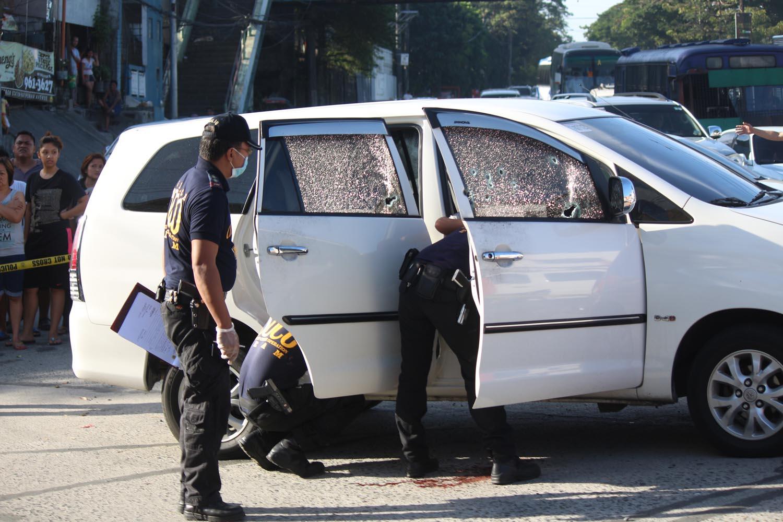 INVESTIGATION. Scene of the Crime Operatives (SOCO) respond to the ambush along Katipunan Avenue in Quezon City on November 21, 2016. Photo by Joel Liporada/Rappler