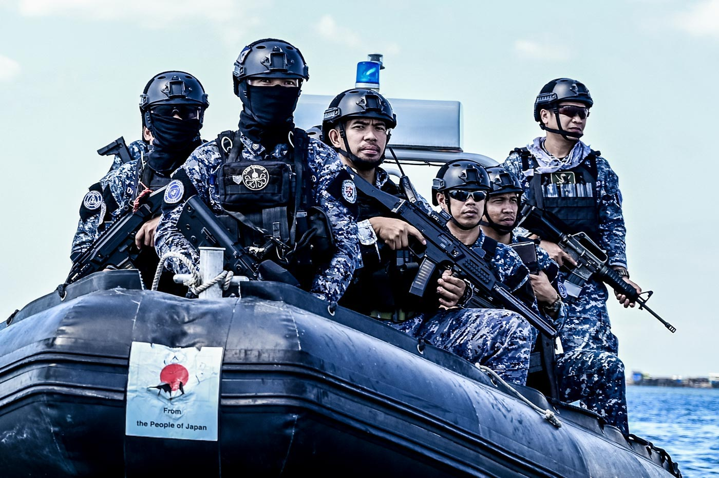 GEARED UP. A Special Operations Force strike team vigilantly scout the shores of Manila Bay.