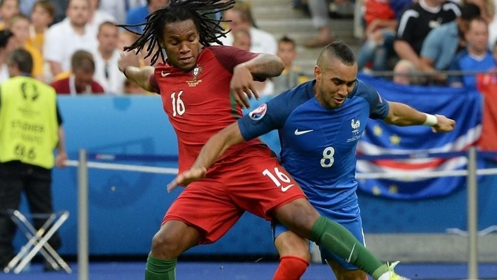 Pemain muda Portugal, Renato Sanches berebut bola dengan Dimitri Payet di final Euro 2016. Foto oleh EPA