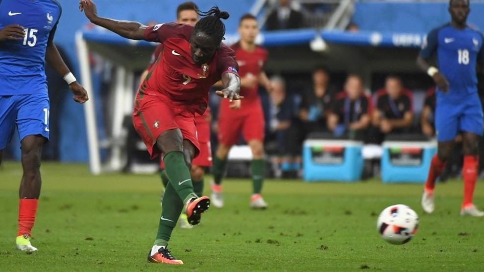 Penyerang Portugal Eder menendang bola ke arah gawang Perancis yang dijaga oleh kiper Hugo Lloris. Foto oleh EPA