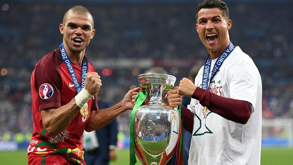 Pepe (kiri) menjadi pemain terbaik dalam pertandingan final Euro 2016. Foto dari uefa.com
