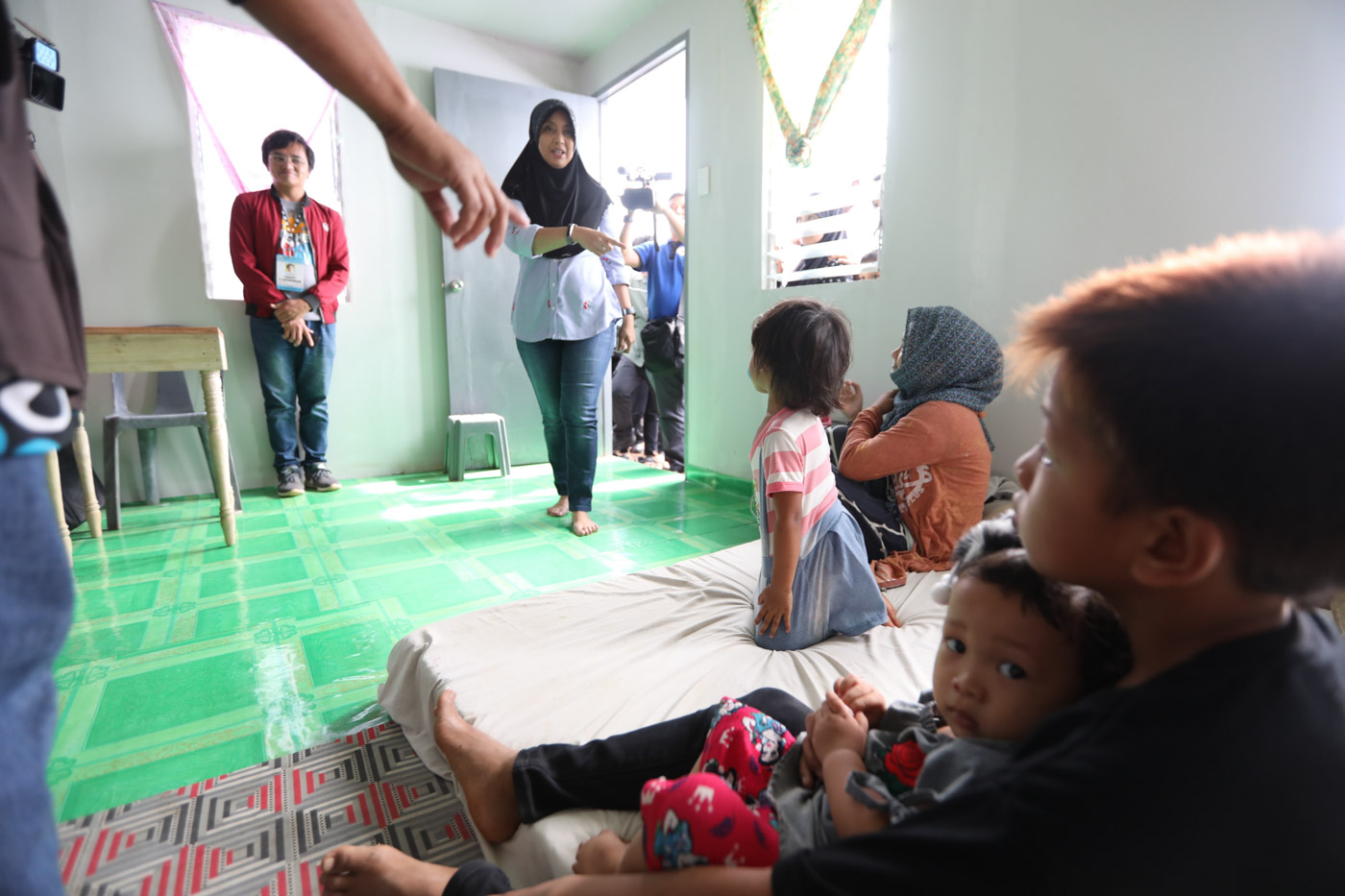 SHELTER INSPECTION. Vice President Leni Robredo checks on a family in the new transition shelter village in Marawi City. Photo from OVP