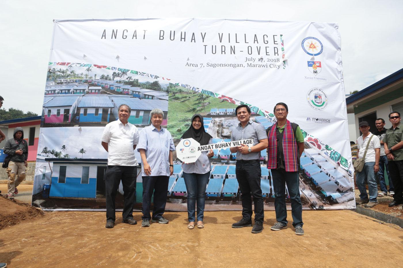 TURNOVER. Vice President Leni Robredo turns over the symbolic key to the Angat Buhay Village to Marawi City Mayor Majul Usman Gandamra. Photo from OVP