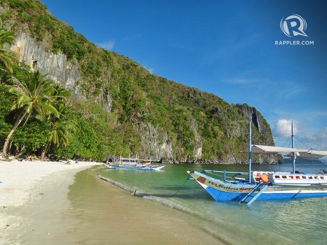 PAPAYA BEACH. Also with a backdrop of gray rock formations, Papaya Beach is usually an alternative to 7 Commandos in Tour A. Photo by Rhea Claire Madarang