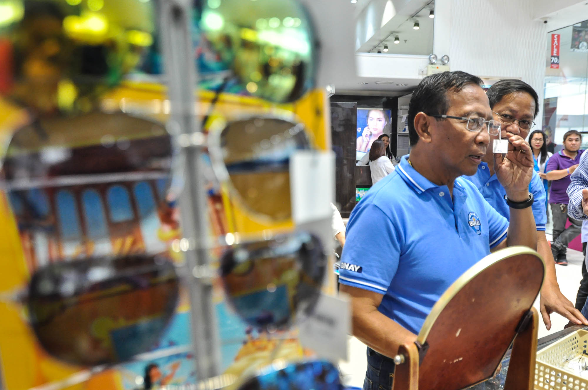 MALL STOP. Presidential candidate Vice President Jejomar Binay tries out a pair of eyeglasses in an optical shop in Mall of Asia, Pasay City on February 15, 2016. Photo by Lito Boras/Rappler